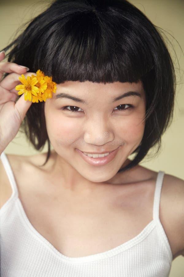 asiatisk härlig blommaflickaholding arkivbild