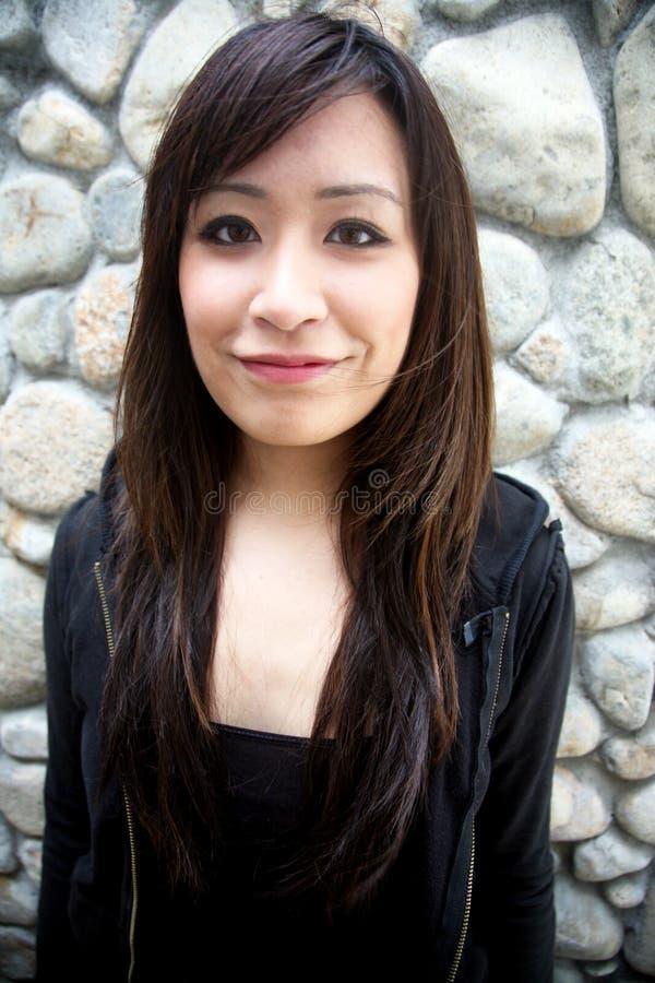 asiatisk härlig flicka som ser tittaren royaltyfria bilder