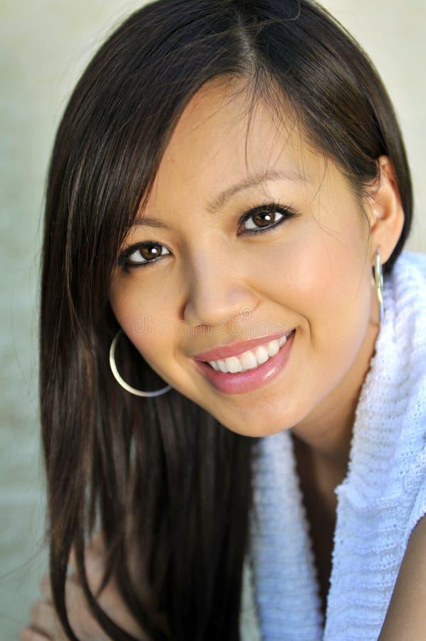 asiatisk härlig ståendekvinna arkivfoto