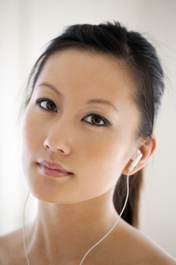 asiatisk härlig ståendekvinna royaltyfri foto