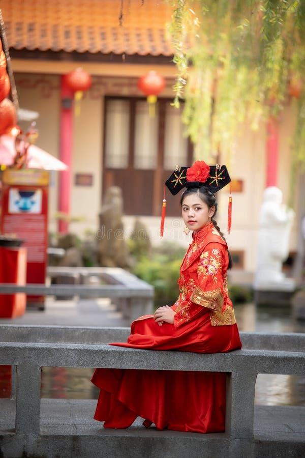Asiatisk härlig ung kvinna som bär en traditionell kinesisk brudklänning, royaltyfria bilder
