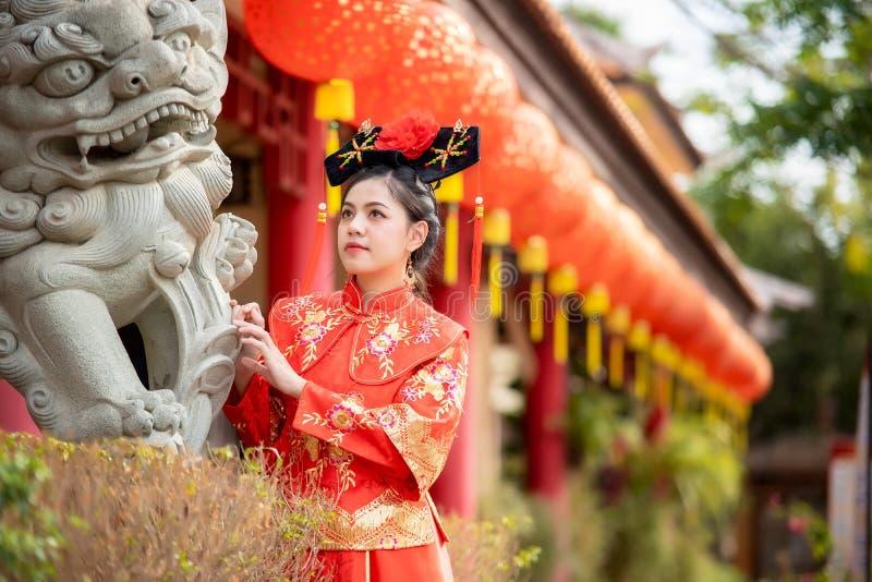 Asiatisk härlig ung kvinna som bär en traditionell kinesisk brudklänning fotografering för bildbyråer