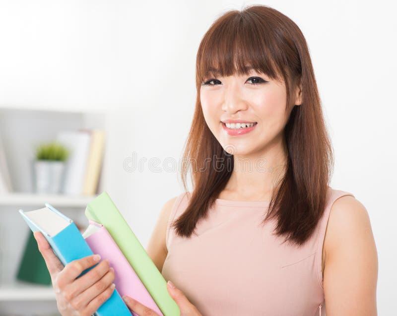 Asiatisk högskolaflicka arkivbilder