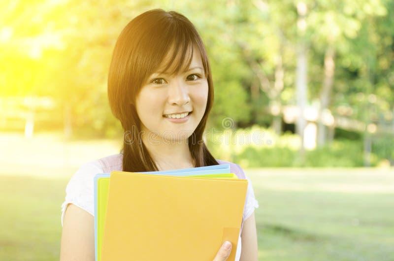 Asiatisk högskolaflickastudent royaltyfri fotografi