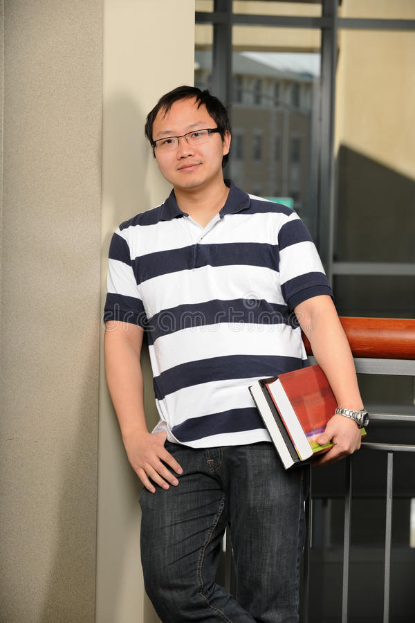 Asiatisk högskolestudent Inside Building arkivfoton