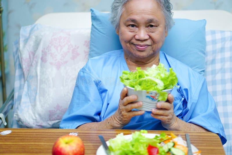Asiatisk h?g eller ?ldre kvinnapatient f?r gammal dam som ?ter sund mat f?r frukost fotografering för bildbyråer