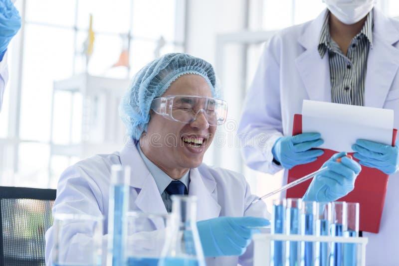 Asiatisk h?g forskareman som forskar och l?r i ett laboratorium arkivbild