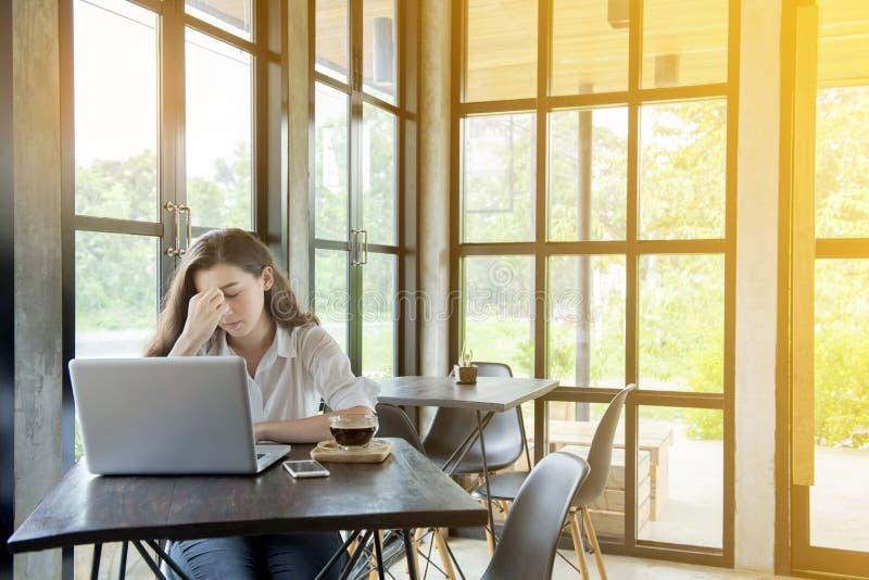 asiatisk h?rlig kvinna sitt i kafé shoppar med den allvarliga framsidan E-kommers, universitetutbildning, internetteknologi eller royaltyfri bild