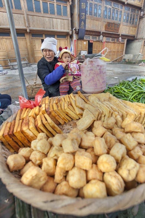 Asiatisk handelsidkare som säljer den stekte tofuen i den kinesiska bygden arkivbilder