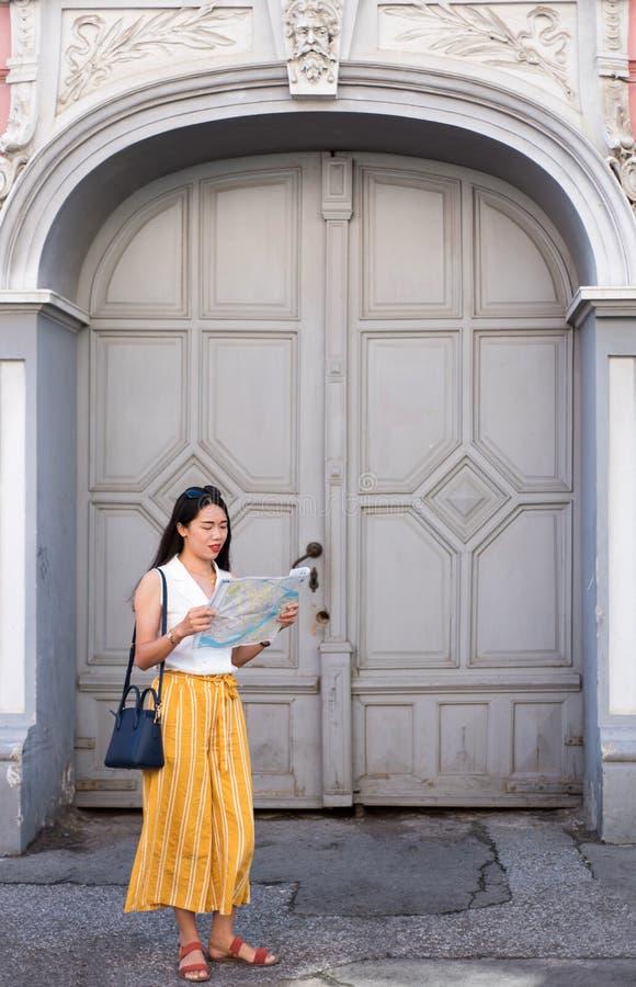 Asiatisk handelsresande med en översikt som undersöker stadsgatorna fotografering för bildbyråer