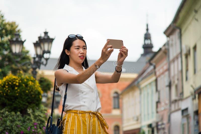 Asiatisk handelsresande som tar ett foto på hennes Europa tur arkivbild