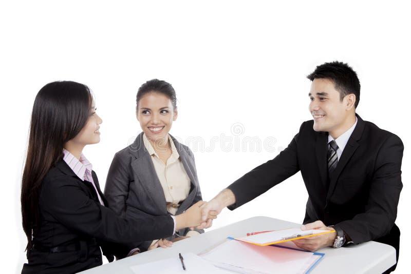Asiatisk handskakning för affärsfolk i ett möte royaltyfria foton