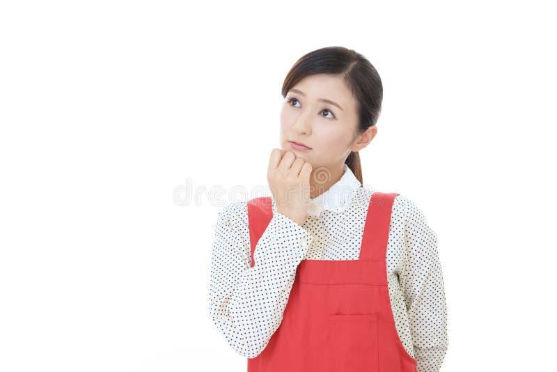 Asiatisk hemmafru som oroas royaltyfri fotografi