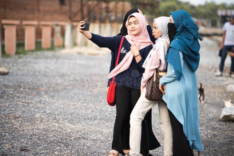 Asiatisk hijabflicka som tar fotoet arkivbilder