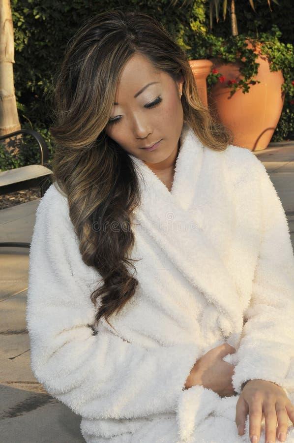 asiatisk inställningsbrunnsortkvinna royaltyfria foton