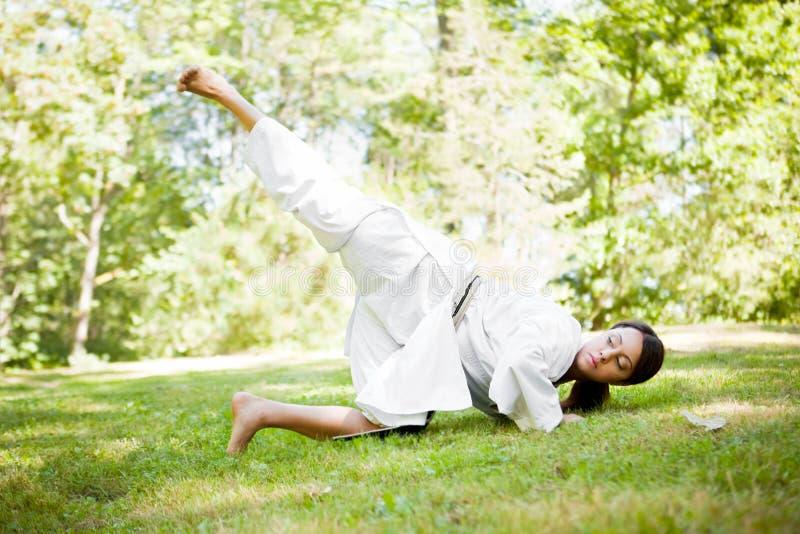 asiatisk karateövning arkivbilder
