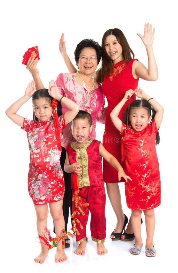 Asiatisk kinesisk familj som önskar dig ett lyckligt kinesiskt nytt år royaltyfria bilder