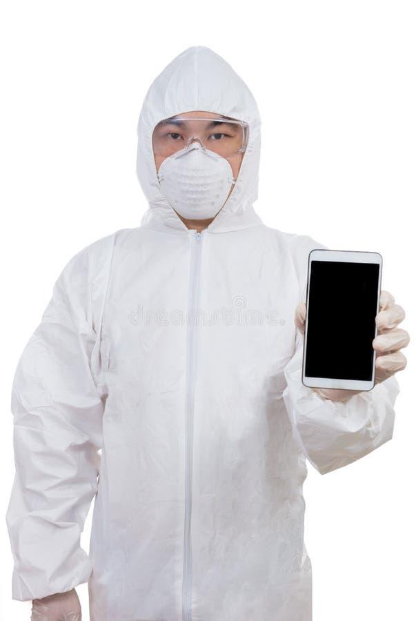 Asiatisk kinesisk forskare i skyddande klädervisningmobiltelefon arkivbilder