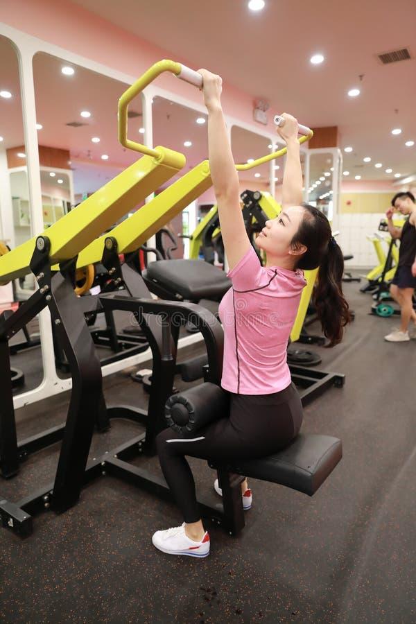 Asiatisk kinesisk kvinna i för ŒFitness för idrottshallï¼ styrka för utbildning för kvinna sport i idrottshallen arkivbilder