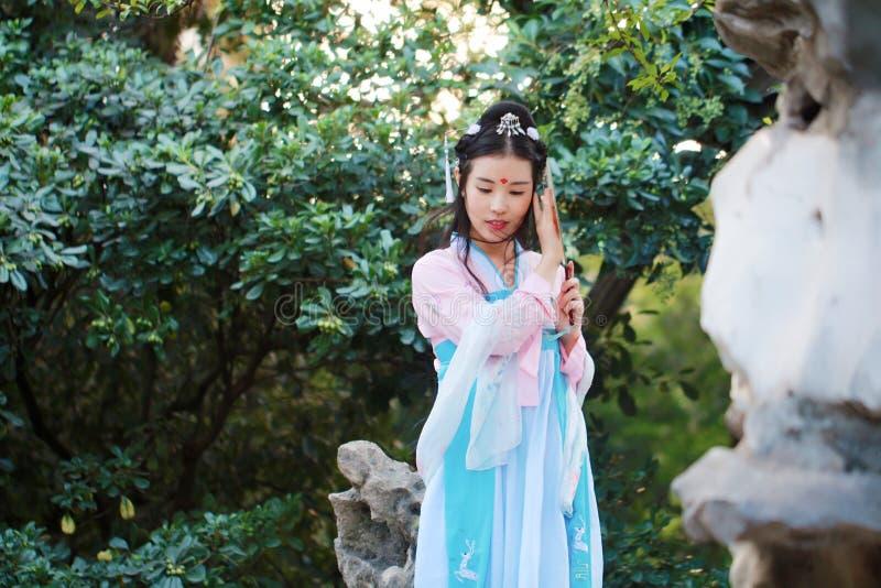 Asiatisk kinesisk kvinna i traditionella forntida den cosplay dramadräkthanfuen royaltyfria foton