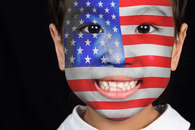 Asiatisk kinesisk liten flicka med amerikanska flaggan på framsida fotografering för bildbyråer