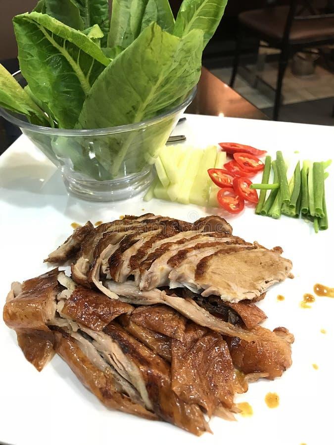 Asiatisk kinesisk matkokkonst: traditionell bbq grillade Pekinganden med den nya chili, gurkan, vårlöken och grönkålgrönsaken And royaltyfri fotografi