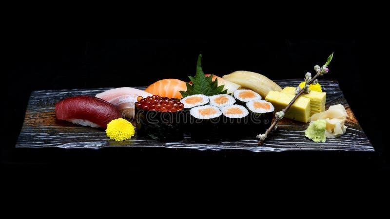 Asiatisk kokkonst eller japanmat Sushimedeluppsättning på träplattan royaltyfria foton