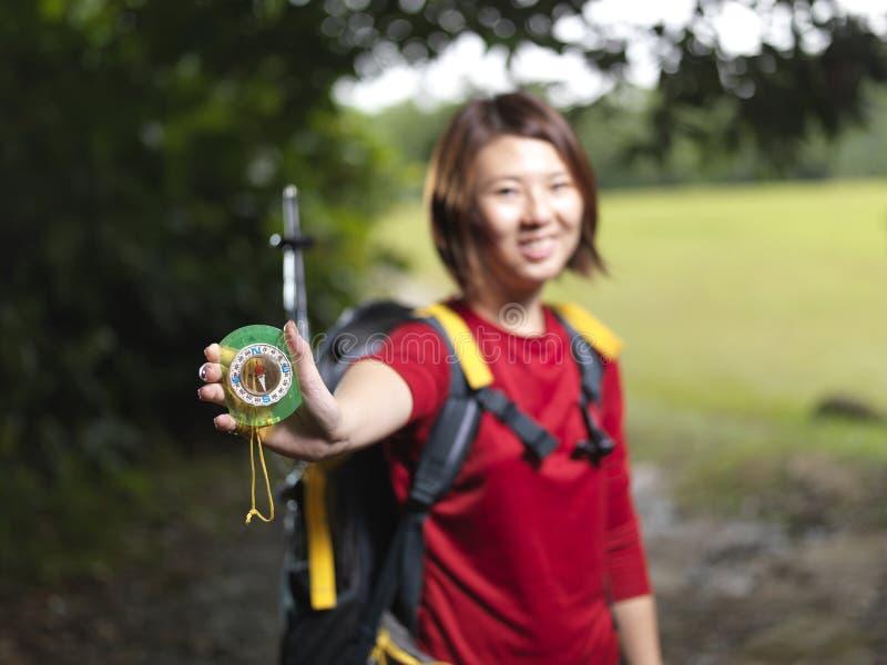 asiatisk kompasskvinnlig henne fotvandrareuppvisning arkivfoton