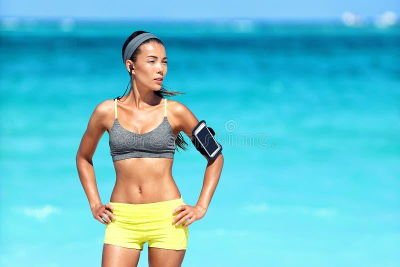 Asiatisk konditionkvinna med den sportbehån och armbindeln royaltyfri fotografi
