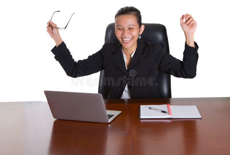 Asiatisk kontorsarbetare med lyckligt uttryck arkivfoton