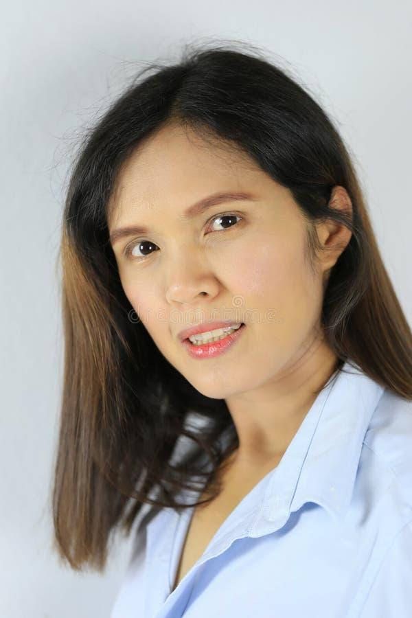 Asiatisk kvinna av långt hår och att le lyckligt royaltyfri fotografi