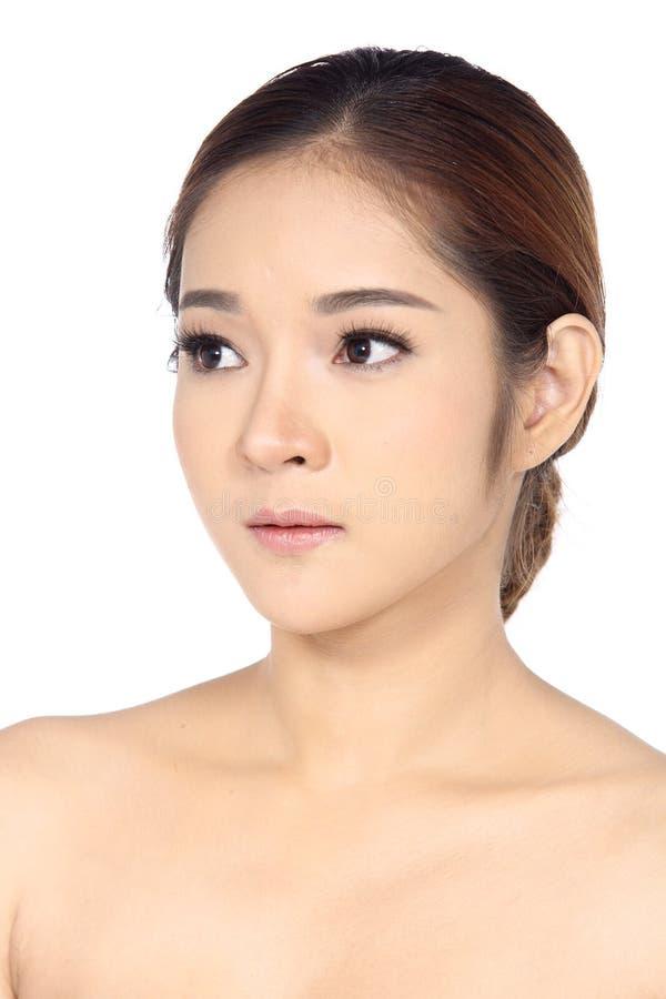 Asiatisk kvinna efter smink inget retuschera, den nya framsidan med akne royaltyfri foto