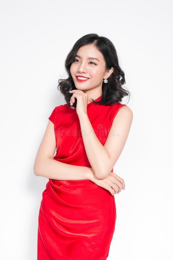 Asiatisk kvinna för glamour i stilfull röd partiklänning arkivbilder
