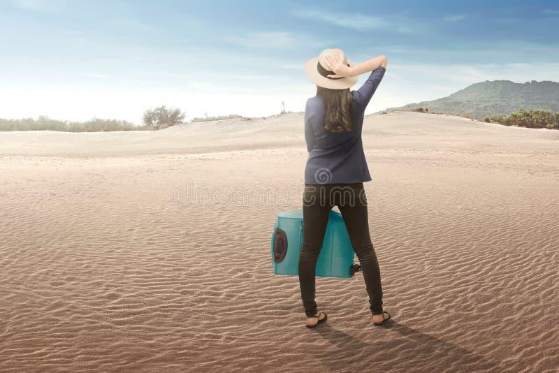Asiatisk kvinna för handelsresande som tycker om härligt landskap royaltyfria foton