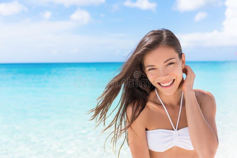 Asiatisk kvinna för lycklig strand som bor en sund livsstil royaltyfri fotografi