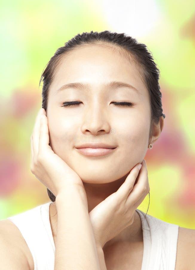 asiatisk kvinna för omsorgsframsidahud royaltyfri fotografi