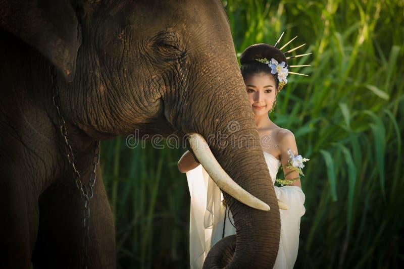 Asiatisk kvinna för skönhet med elefanten royaltyfri bild