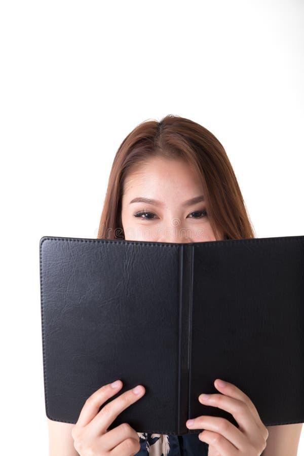 Asiatisk kvinna för stående som ser anteckningsboken royaltyfri foto