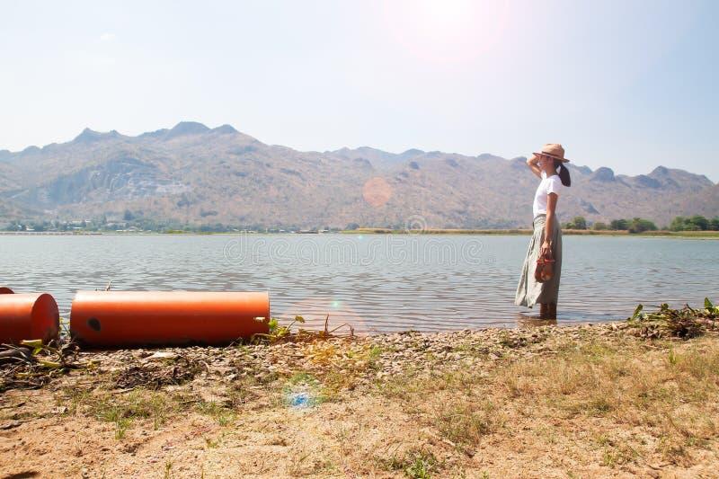 asiatisk kvinna för 40-tal som reser i natur för sommarterritorium för katya krasnodar semester svart isolerad begreppsfrihet royaltyfria foton