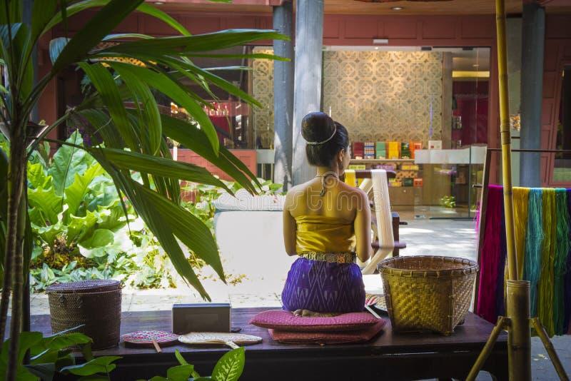 Asiatisk kvinna för vävare i Bangkok, Thailand arkivfoto