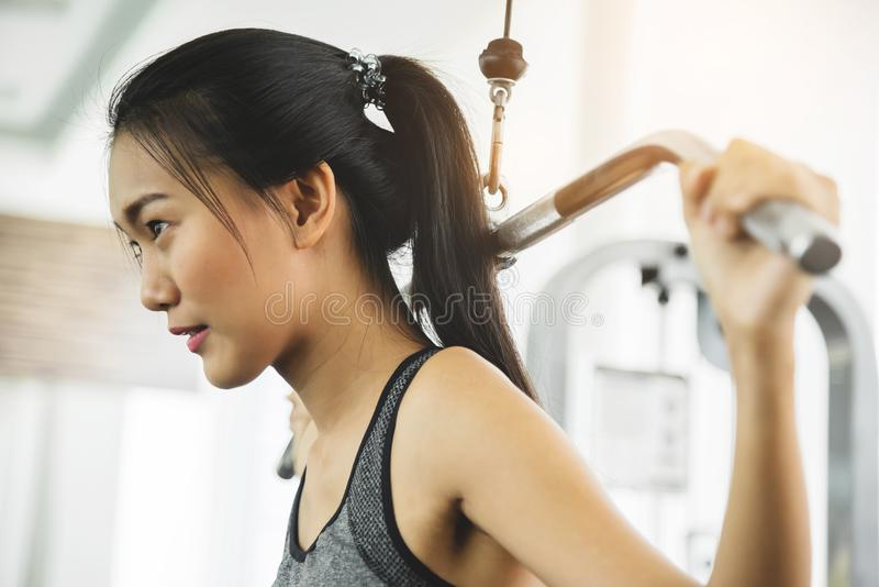 Asiatisk kvinna, i att öva för sportswear arkivbild