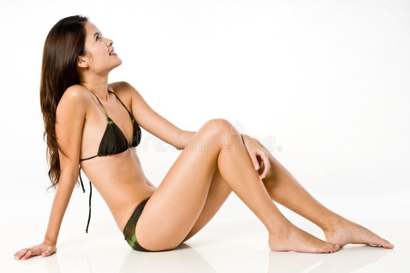 Asiatisk kvinna i bikini arkivfoto