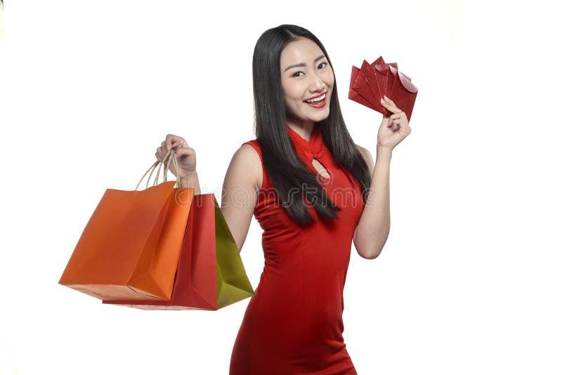 Asiatisk kvinna i cheongsamklänning royaltyfria bilder