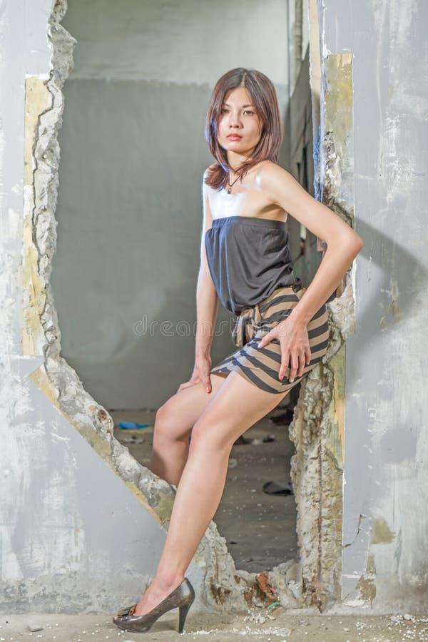 Asiatisk kvinna i dörröppning royaltyfria foton