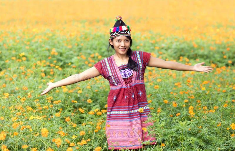 Asiatisk kvinna i den traditionella dräkten för Karen arkivfoto