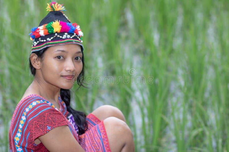 Asiatisk kvinna i den traditionella dräkten för Karen royaltyfria foton