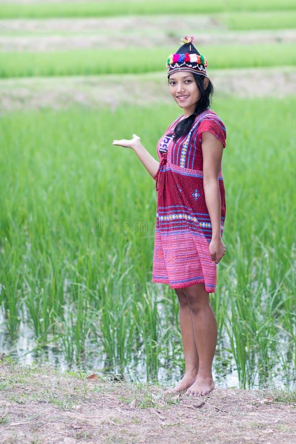 Asiatisk kvinna i den traditionella dräkten för Karen arkivbild
