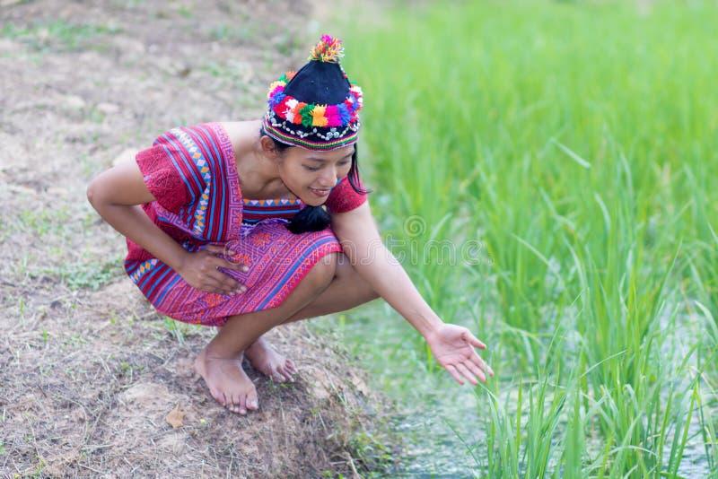 Asiatisk kvinna i den traditionella dräkten för Karen royaltyfri bild