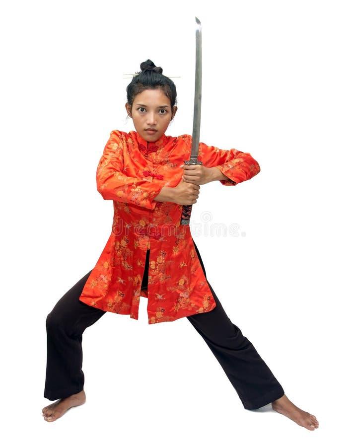 Asiatisk kvinna i den traditionella dräkten som rymmer ett svärd fotografering för bildbyråer