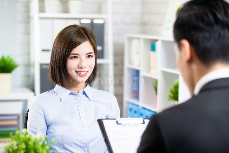 Asiatisk kvinna i jobbintervju arkivfoton